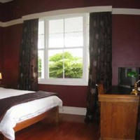 Lupton Lodge Red Room – Luxury Hotel-Style Accommodation